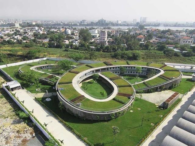 Được hoàn thành vào tháng 10/2013, trường mần non mang tên Farming Kindergarten ở Đồng Nai có tổng diện tích sàn là 3.800m3 trên diện tích khu đất là 10.650m2, diện tích xây dựng 3.430 m2, diện tích mái 3.840 m2. Thiết kế độc đáo của công trình kiến trúc này nằm ở phần mái vòm được che phủ bằng lớp cỏ xanh mướt, tạo nên sự kết nối tuyệt vời giữa trẻ nhỏ với thiên nhiên.