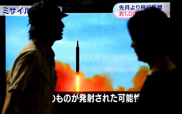 Vụ thử nghiệm tên lửa đạn đạo tầm trung Hwasong-12 hôm 15-9 khiến Nhật Bản lo lắng. Ảnh: The Asahi Shimbun