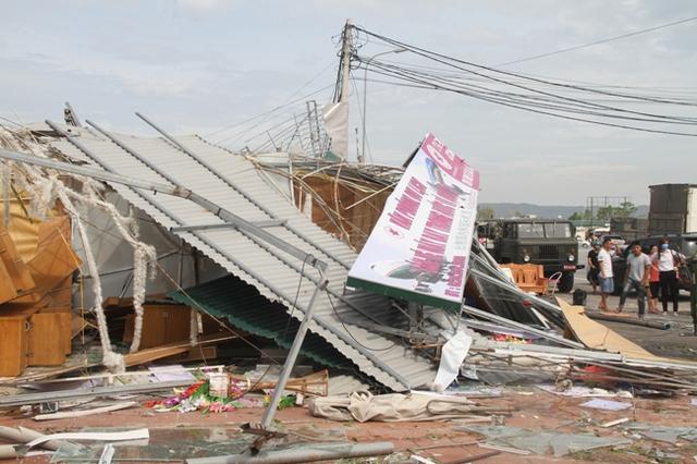 Hàng trăm các cơ sở kinh doanh, ki ốt bị bão làm biến dạng.
