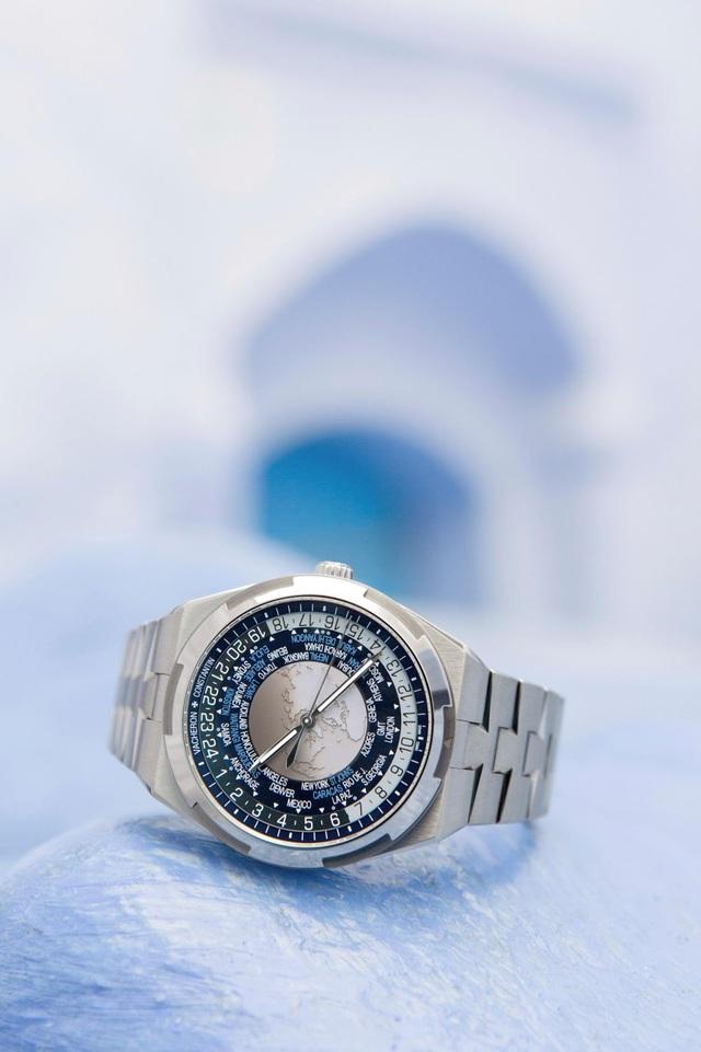 Mặt số của chiếc Overseas World Time hiển thị 37 múi giờ, kể cả những múi giờ chỉ lệch nhau chừng nửa giờ hoặc một phần tư giờ so với giờ UTC