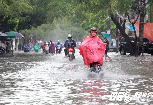 Nhiều tuyến đường ở TP Hải Phòng biến thành sông, khiến các phương tiện di chuyển gặp khó khăn.