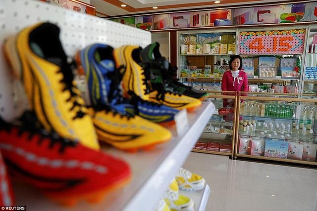 Một cửa hàng bách hóa ở khu phức hợp mới đi vào hoạt động năm 2017 ở thủ đô Bình Nhưỡng, Triều Tiên (Ảnh: Reuters)