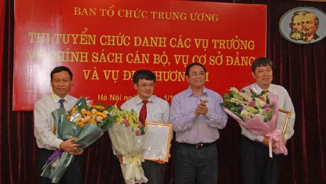 Trưởng ban Tổ chức TƯ Phạm Minh Chính chúc mừng 3 thí sinh trúng tuyển vào chức Vụ trưởng. Ảnh: Xuân Sơn