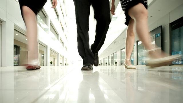 Hãy đi lại tại cơ quan, bạn có thể có một cuộc họp hoặc trao đổi với ai đó trong khi cả hai đều đi bộ