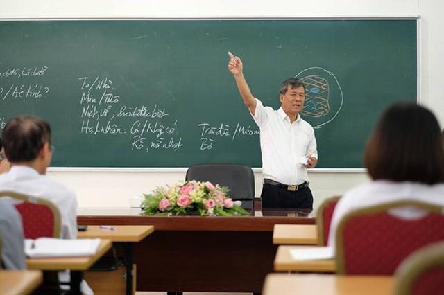 Giáo sư đầy tâm huyết trên bục giảng. Ảnh: Facebook