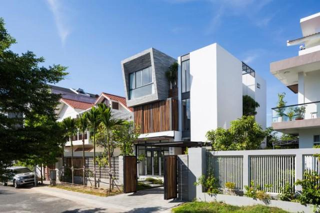 Trên mảnh đất 240m2, ngôi nhà được thiết kế 3 tầng với những khoảng vườn nhỏ xinh tràn ngập màu xanh hoa lá.