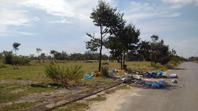Trái ngược với viễn cảnh tươi sáng mà chủ đầu tư vẽ ra,nhiều dự án tại khu vực Nam Đà Nẵng vắng bóng người ở, trở nên hoang hóa