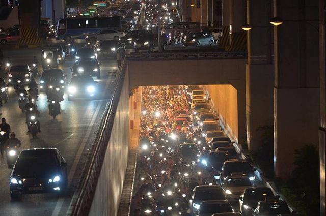 Trên cầu hay dưới hầm người dân đều chỉ có thể nhích từng chút một để di chuyển. Ảnh: Phương Thảo
