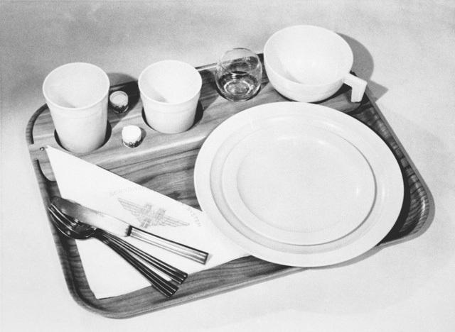 Khay đồ ăn tối được chuẩn bị khác biệt hẳn so với những năm 60 sau đó với dao nĩa bằng kim loại, đĩa và cốc uống nước bằng sứ, thủy tinh không khác gì khi dùng bữa dưới mặt đất.