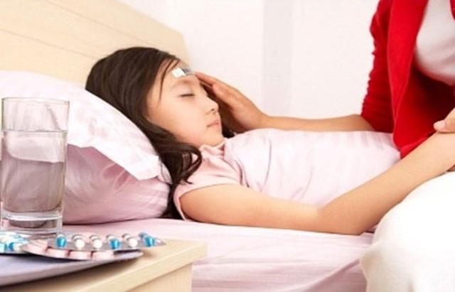Khi bị cảm sốt nên uống nhiều nước mục đích là để giúp cơ thể hạ bớt nhiệt