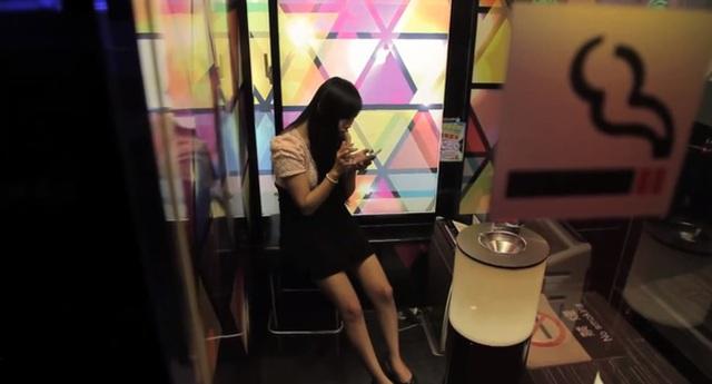 Hitomi trong một phòng hút thuốc tại quán nét Maboo, Tokyo.