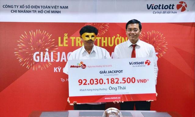 Phó Tổng Giám đốc Vietlott Nguyễn Thanh Đạm trao giải Jackpot cho ông Thái trong kỳ quay số 39. Nguồn: Vietlott.vn