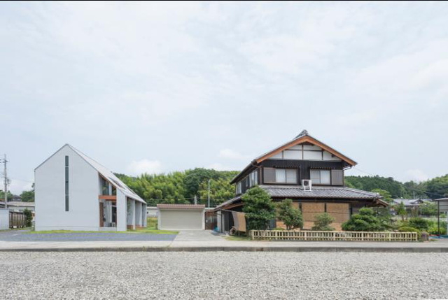 Ngôi nhà nhỏ được thiết kế khác biệt hoàn toàn so với những ngôi nhà truyền thống xung quanh.