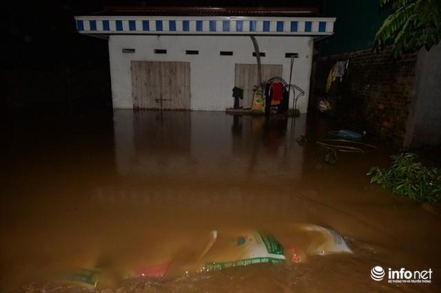 Hà Nội: Nước ngập lút nhà, dân trắng đêm sơ tán tài sản - Ảnh 1.