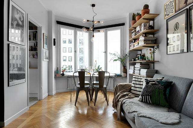 Dù có 1 tổng diện tích vô cộng khiêm tốn nhưng nhờ vào cách sắp xếp thông minh mọi không gian công dụng trong căn hộ cao tầng này được phân định rõ ràng và vô cộng thoáng sáng.