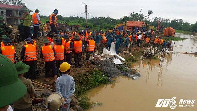 Hàng trăm người thức cả đêm để cứu đê bị vỡ ở xã Xuân Minh, huyện Thọ Xuân, Thanh Hóa. (Ảnh: Nguyễn Quyền)