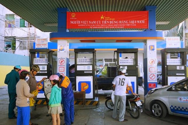 Tại nhiều cây xăng thuộc Tập đoàn Xăng dầu Việt Nam( Petrolimex ) đã xuất hiện băng rôn đỏ với nội dung: Người Việt Nam ưu tiên dùng hàng Việt Nam