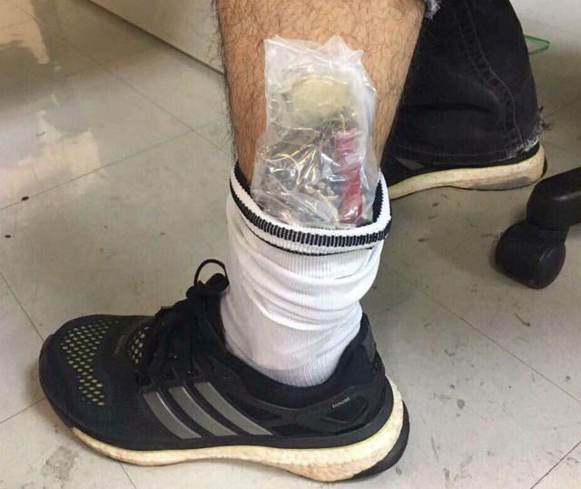Lô đồng hồ hàng hiệu được nam hành khách bó tinh vi trong ống chân