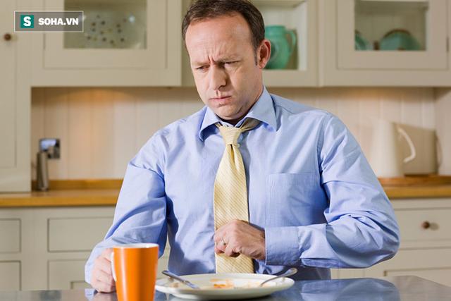Đau bụng, khó tiêu sau khi ăn đồ ăn nhiều chất béo là triệu chứng điển hình báo hiệu túi mật có vấn đề.