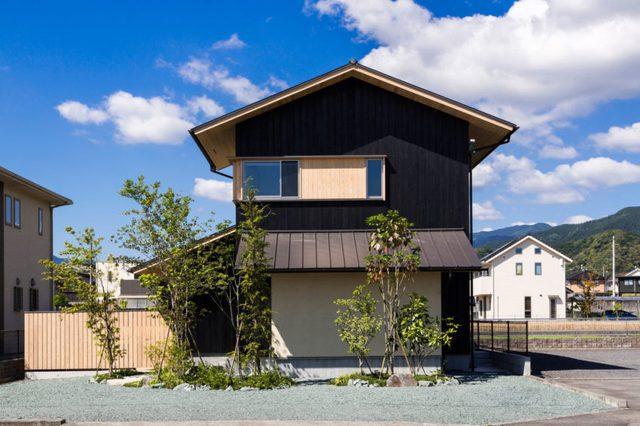 Ngôi nhà nằm ở địa điểm hoàn hảo có 4 bên rộng thoáng, xung quanh còn có rất nhiều cây xanh.