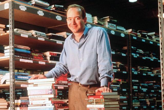 Jeff Bezos thành lập Amazon như một hiệu sách online.