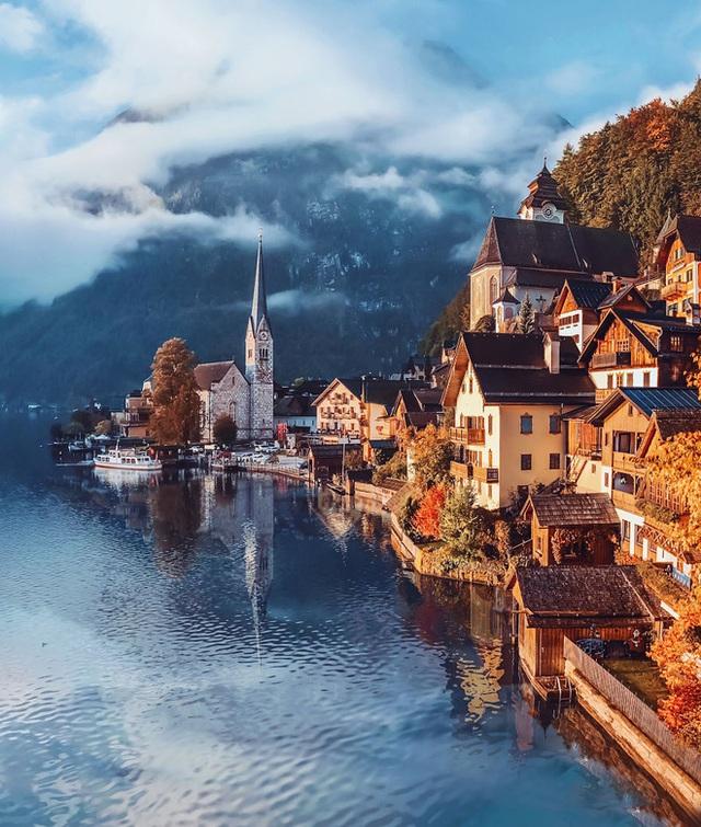 Ngôi làng nổi tiếng bậc nhất nước Áo Hallstatt bước sang mùa thu với dòng nước buồn tênh và những ngôi nhà ngả vàng trong nắng chiều.