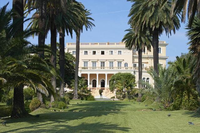 Mặt tiền biệt thự được xây theo lối kiến trúc của Vương quốc Sardinia. Ảnh: Ambroise Tezenas.