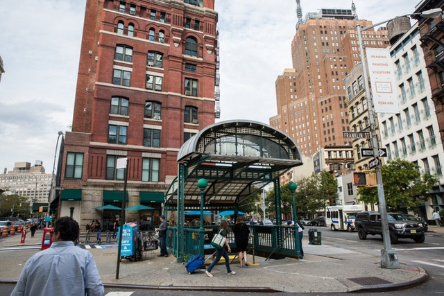Phương tiện công cộng hay tàu điện ngầm ở Tribeca bao gồm các tuyến được đánh số và chữ như 1,2,3,A,C,E,N,Q,R và W.