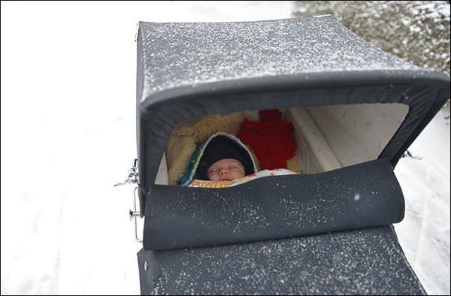 Trẻ em Thụy Điển thường xuyên được cha mẹ để ngủ ngoài trời trong thời tiết lạnh giá (Ảnh minh họa)