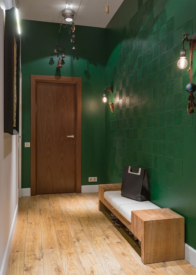 Lối vào nhà rộng thoáng và mát mắt với điểm nhấn là hai bức tường màu xanh .