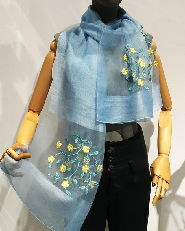Chẳng hạn, mẫu khăn lụa này thương hiệu Khải Silk niêm yết giá dưới 2 triệu đồng.