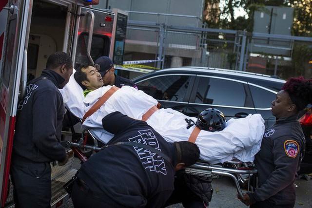 Một người bị thương được đưa lên xe cấp cứu (Ảnh: AP)