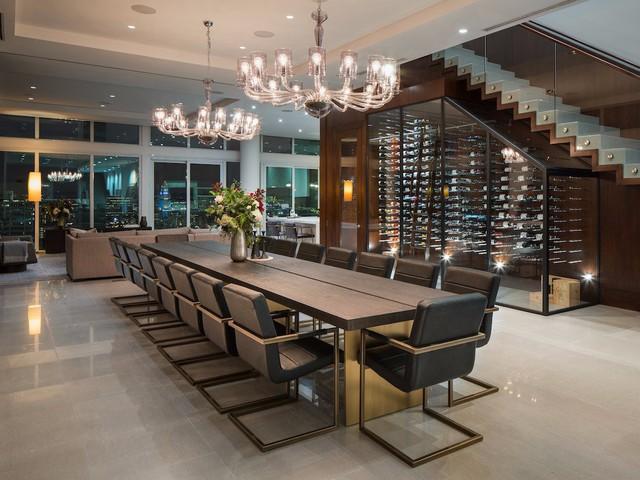 Ngay lối vào nhà có 2 tủ rượu vang lớn có chức năng điều chỉnh nhiệt độ với sức chứa lên đến trên 1.000 chai rượu khác nhau.