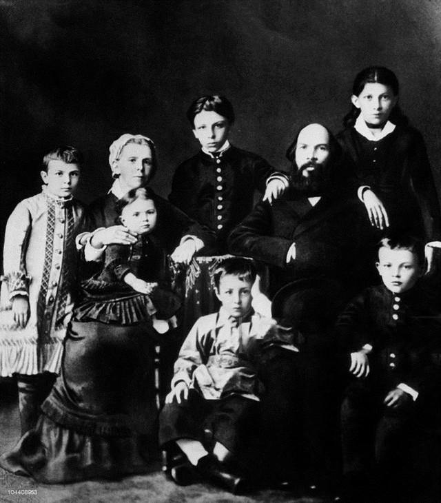 Hàng trên: Maria, mẹ và em gái Olga, Alexander ( đang đứng), Dmitry, bố Ilya Ulianova, Anna và Vladimir Ilich Ulianova – Lenin. (Ảnh: Gettyimages)