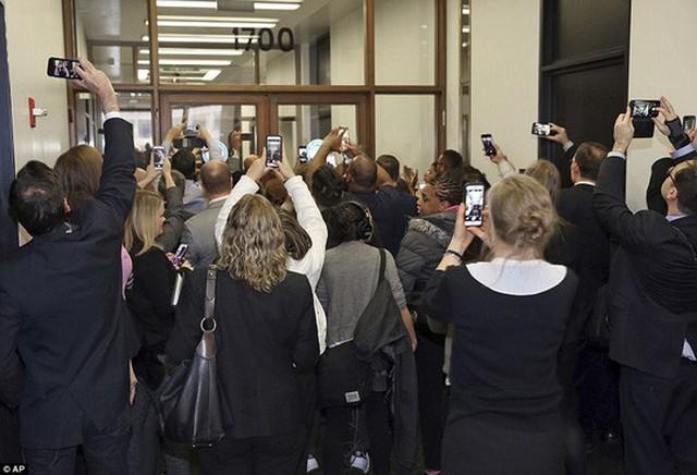 Đám đông chờ đợi cựu tổng thống với điện thoại trên tay. Ảnh: AP