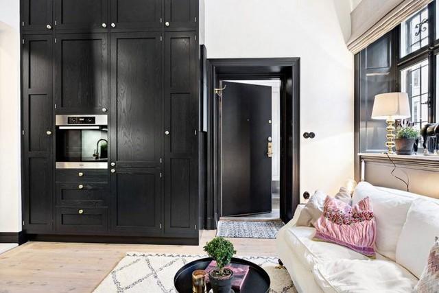 Bước vào căn hộ không gian đầu tiên bạn có thể nhìn thấy đó là phòng khách và khu vực bếp ăn. Nội thất bên trong được bài trí với hai gam màu đen trắng chủ đạo.
