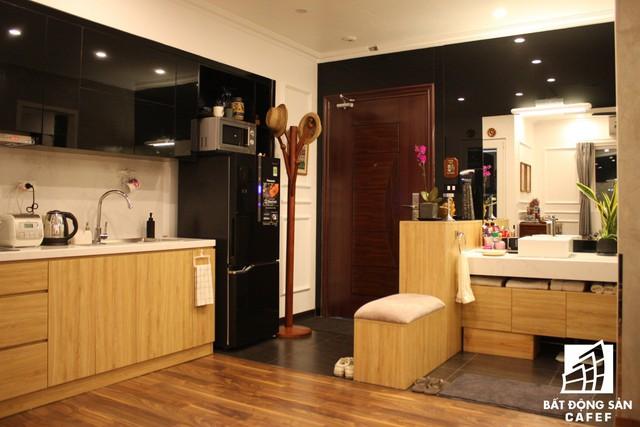 Căn hộ nhỏ được thiết kế với hai tông màu đối lập đen-trắng chủ đạo kết hợp nội thất và sàn gỗ sáng màu tạo không gian vô cùng ấm áp và sang trọng. Các khu vực chức năng được bố trí xung quanh nhà bảo đảm tính liền mạch, thống nhất cho căn hộ.