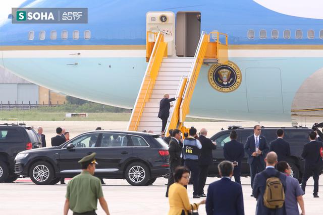 Tổng thống Trump bước lên chuyên cơ Air Force One
