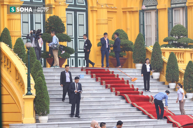 Thảm đỏ đón khách trên cầu thang Phủ chủ tịch