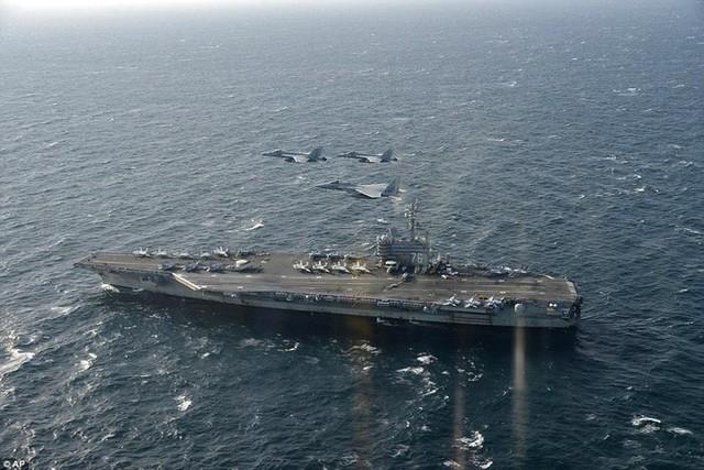 Hai máy bay U.S. F/A-18 (Mỹ) và F-15 (Nhật Bản) bay phía trên tàu USS Ronald Reagan trong lúc tập trận. Ảnh: REUTERS