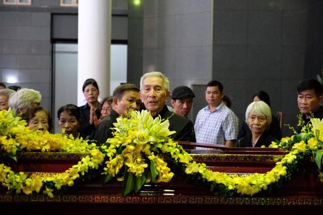 Ông Trịnh Lương - con cả của cụ bà Hoàng Thị Minh Hồ lặng lẽ đứng bên linh cữu. Ảnh: Ngọc Thắng