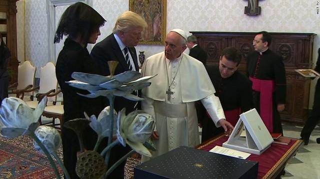 Tổng thống Mỹ Donald Trump nhận quà từ Giáo hoàng Francis trong chuyến viếng thăm công quốc Vatican, ngày 24/5/2017. Ảnh: Aol. News