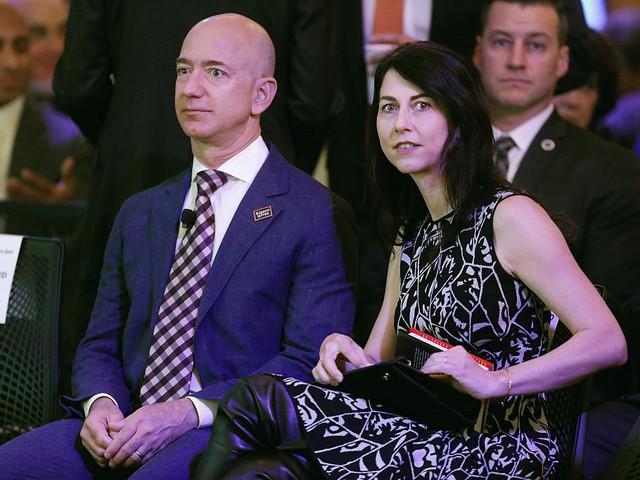 Jeff Bezos và vợ, nhà văn MacKenzie Bezos