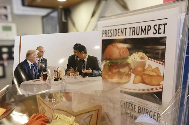 Hình ảnh bữa ăn nhẹ của hai vị nguyên thủ được dùng để quảng cáo cho món ăn đang hút khách tại các cửa hàng Munchs Burger Shack. Ảnh: AP