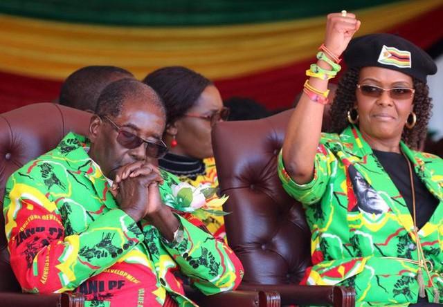 Ông Robert Mugabe và vợ, Grace Mugabe. Ảnh: Reuters