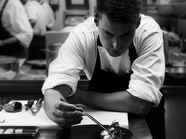 Bếp trưởng Kirk Westaway của nhà hàng sao Micheline-Jann sẽ chính tay phục vụ khách hàng.