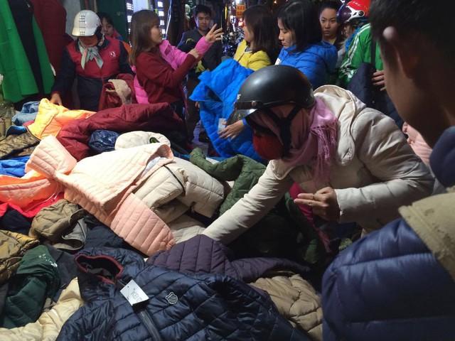 Tại phố Chùa Bộc, nơi tập trung rất nhiều các cửa hàng quần áo, từ sáng đến tối, lượng người đổ về mua sắm đông nghẹt. Trong các cửa hàng, lối đi cũng trở nên chật chội hơn bởi hàng hóa chất đầy và khách hàng chen nhau vào xem, mặc thử.