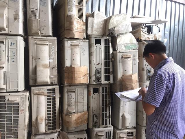 Bãi xe là nơi tập kết sau đó đối tượng buôn lậu dùng xe tải nhỏ chở  đến các cửa hàng kinh doanh máy lạnh cũ tiêu thụ