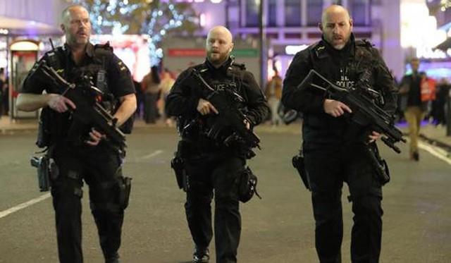 Cảnh sát Anh triển khai phong tỏa khu vực nhà ga Oxford Circus.