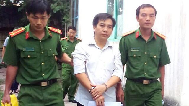 Công an đọc lệnh thực hiện bắt tạm giam ông Nguyễn Tấn Vinh.